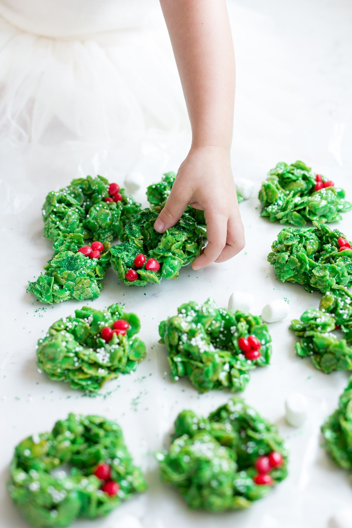 Oct 29, · This recipe for no-bake Christmas wreath cookies has just six ingredients and can be made in 15 minutes. These cornflake wreath cookies are a festive addition to your holiday dessert table! These amazingly delicious little cornflake cookies are dressed up for the holidays, kids and adults alike /5(5).