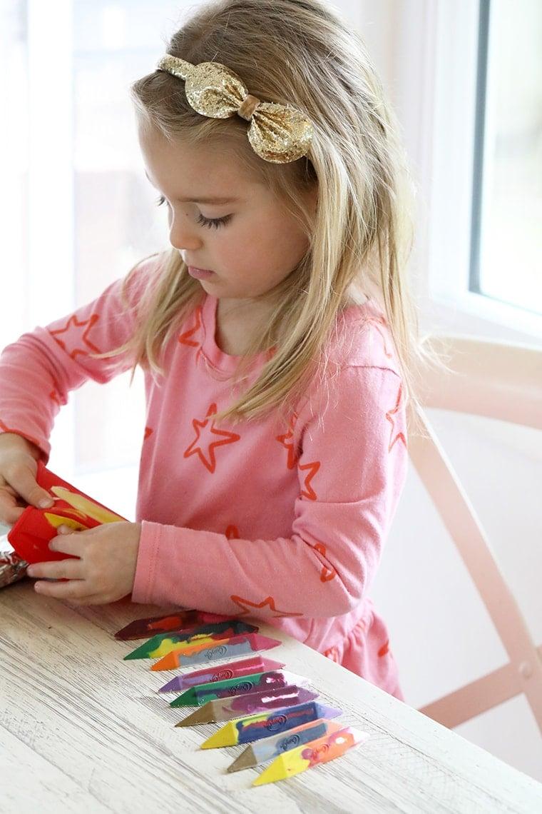 How to Make Calming Essential Oil Crayons #youngliving #essentialoils #homemadecrayons #toddlercraft #diy